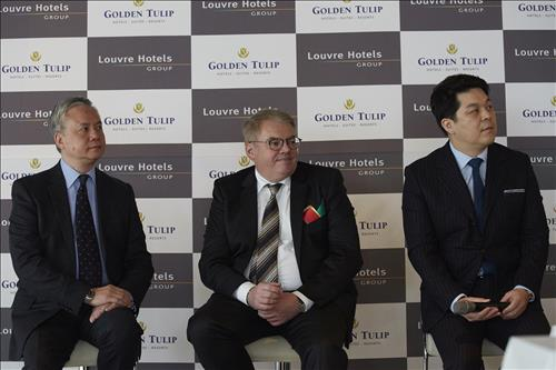 Phileas Law,SVP of Golden Tulip China(left), Pierre-Frederic Roulot, CEO of Louvre Hotels Group(middle), and Kim Min-soo, Head of Golden Tulip Korea(right).