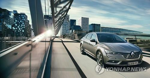 Renault Samsung Motors Co., the local unit of French auto firm Renault S.A., unveiled the SM6 on Wednesday, targeting the premium mid-size sedan market in South Korea. (Image : Yonhap)