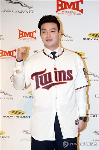 South Korean baseball player Park Byung-ho poses in his Minnesota Twins jersey at a press conference in Seoul on Jan. 7, 2016. (Image : Yonhap)