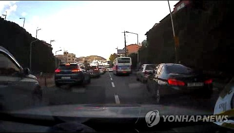 Whether we like it or not, what we do can be recorded on the black boxes of the many cars omnipresent on Korea's busy streets. Sometimes, videos we did not know existed are distributed through the internet. (Image : Yonhap)