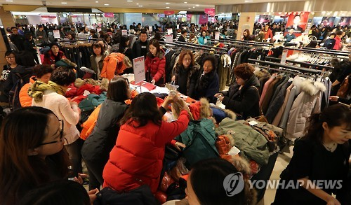 The government is planning another large discount event among retailers following the Lunar New Year holiday (February 8) to stimulate the domestic economy, after a similar promotion was held successfully in October 2015. (Image : Yonhap)
