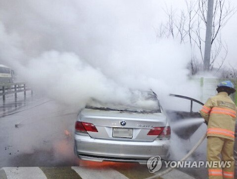 The first BMW fire occurred on November 3, 2015 near Banghwa Bridge. After that, more BMWs caught on fire in Sangam-dong (November 5), Uiwang (November 8), Yeongdong highway (December 14) and Yuseong, Daejeon (December 23). (Image : Yonhap)