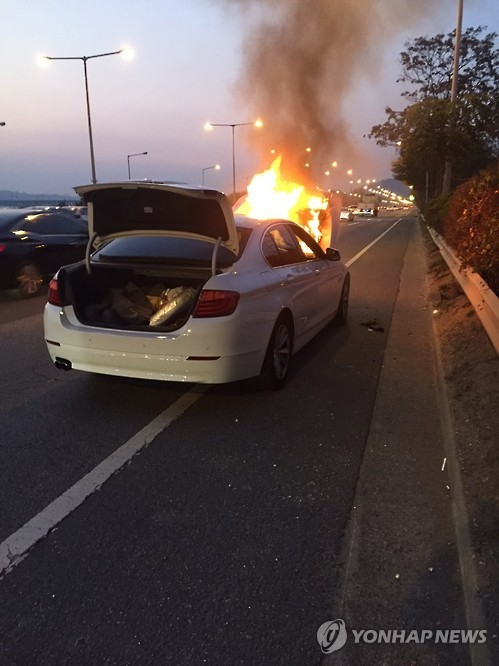 Another case where a running BMW burst into flames has been reported, marking the sixth time since a similar incident first occurred on November 3, 2015. (Image : Yonhap)
