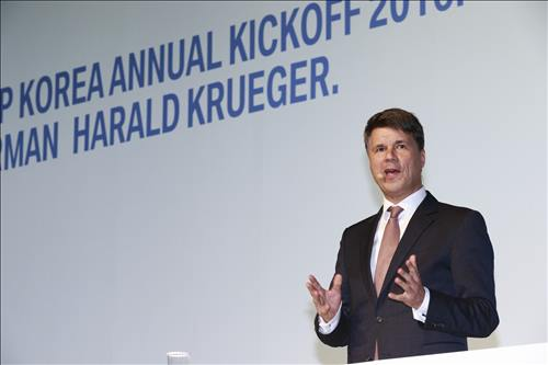 BMW Chairman Harald Kruger speaks at the annual kick-off meeting with employees and dealers in Seoul on Jan. 11, 2015, sharing his thoughts on the auto giant's future business plans. (Image : BMW Korea)