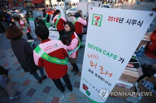 Convenience stores have expanded self-serve coffee services at 1,000 won (84 cents) to grab budget-conscious customers amid an economic slowdown. (Image : Yonhap)