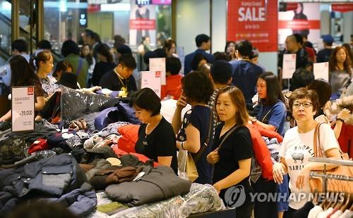 Shoppers look for goods during the Korea Grand Sale period in a department store in Seoul in September. (Image : Yonhap)