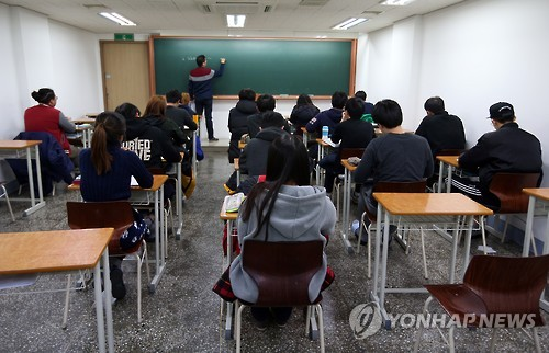 New studies show that children from wealthier families score higher on university entrance exams, due to private tutoring and classes at private study academies that their parents can afford to send them to. (Image : Yonhap)