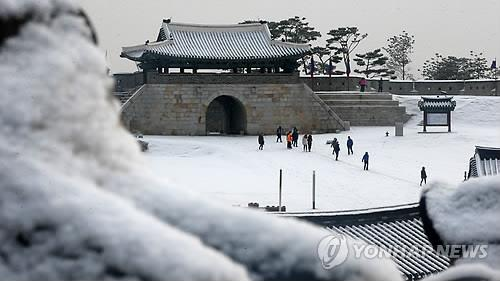 The Hwaseong Fortress in Suwon, some 50 kilometers south of Seoul, is blanketed with snow on Dec. 22, 2014. (Image : Yonhap)