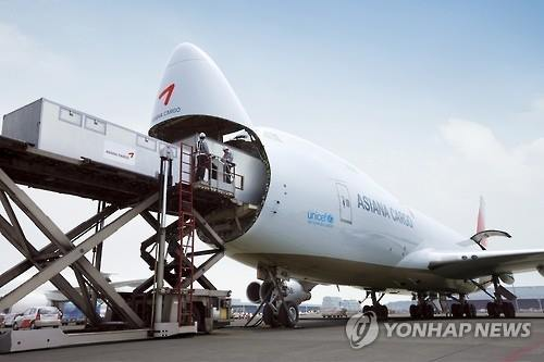 An Asiana Airlines B747 cargo plane gets ready to take on pallets of goods at Incheon International Airport on Jan. 1, 2016. (Image : Yonhap)