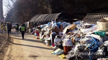 A Garage for Garbage? : 20 Tons of Garbage Removed from Hoarder's Home