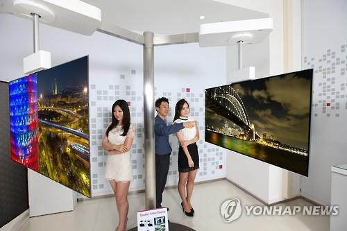 Models pose with LG Display Co. products in this file photo taken on Sept. 4, 2015. (Image : Yonhap)