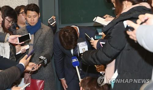 Oh Seung-hwan of the St. Louis Cardinals (C) bows his head before taking questions from reporters at Incheon International Airport on Jan. 13, 2016. (Image : Yonhap)