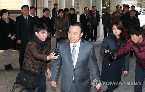 Former Prime Minister Lee Wan-koo visits the Seoul Central District Court on Jan. 5, 2016. (Image : Yonhap)