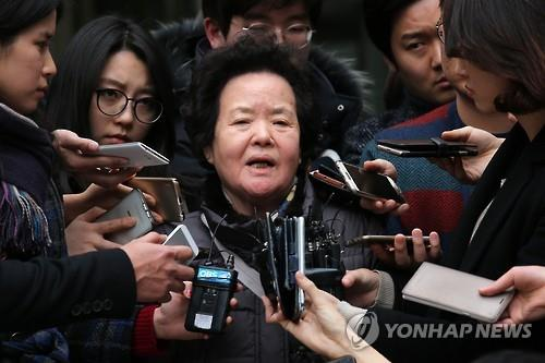 "Lee Bok-soo, the mother of a university student stabbed to death at a hamburger restaurant in 1997, speaks to the press after a Seoul court on Jan. 29, 2016, sentenced a U.S. suspect to 20 years in jail for the murder. Arthur Patterson was found guilty of murdering Cho Joong-pil at a Burger King in downtown Seoul for no apparent reason. The court said it could not punish Edward Lee, his accomplice, because of double jeopardy. Lee was the one initially charged with Cho's murder, but he was acquitted by the Supreme Court. Known as the ""Itaewon murder,"" named after the neighborhood of the burger restaurant, the case had been riddled with lapses by Seoul prosecutors that allowed Patterson to flee to the U.S. and later extradition issues with the U.S. (Image : Yonhap)"