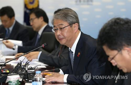 Financial Services Commission Chairman Yim Jong-yong speaks while presiding over a meeting on how to better manage financial risks in the new year in Seoul on Jan. 7, 2016. (Image : Yonhap)