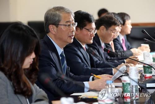 Financial Services Commission Chairman Yim Jong-yong (2nd from L) speaks during a meeting with experts in Seoul on Jan. 12, 2016. (Image : Yonhap)