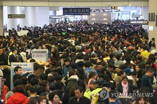 Passengers were held 'hostage' at the Jeju airport as low-cost airlines were failing in efficiently boarding passengers on their flights. The lines in front of the low-cost airline counters were not getting any shorter. (Image : Yonhap)
