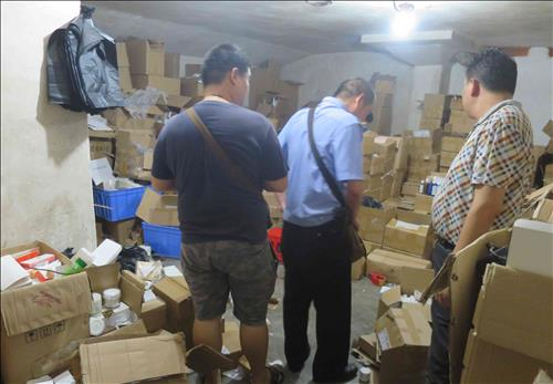 Chinese authorities crack down on a factory in Guangzhou that produced fake cosmetics of AmorePacific, a leading cosmetic company, in April 2015. (Image : AmorePacific)