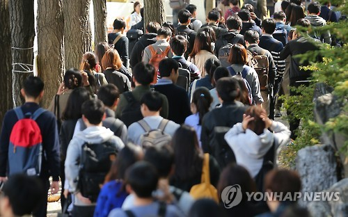 College students who manage studying and a part-time job at the same time will become eligible for unemployment benefits from now on when they lose their job, the government said Tuesday. (Image : Yonhap)