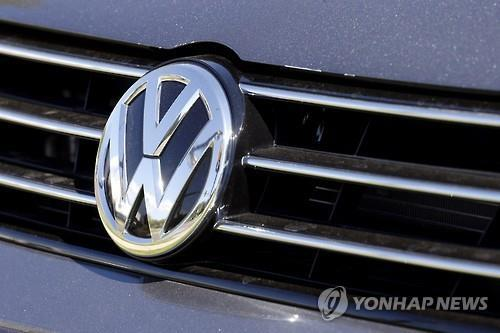 "German carmaking giant Volkswagen submitted a recall plan to the South Korean government on Wednesday for its vehicles whose emission results were found to have been faked, claiming that there will be no change in fuel efficiency and power even after removing the so-called ""defeat device,"" officials and industry sources said. (Image : Yonhap)"