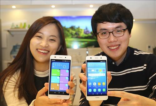 Models pose with the Huawei Y6 smartphone in this photo released by LG Uplus Corp. on Jan. 14, 2016. (Image : LG Uplus)