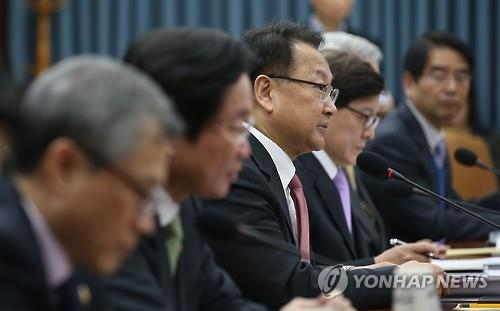 Finance Minister Yoo Il-ho speaks in a meeting of foreign economy-related ministers in Seoul on Jan. 28, 2016. (Image : Yonhap)