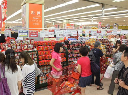 When Lotte Mart analyzed purchases made by Chinese tourists at its Seoul Station store, the data showed that sales of instant ramen noodles and almonds ranked first and second. (Image : Yonhap)