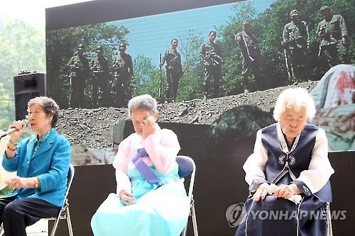 "South Korean ""comfort women"" talks after watching ""Spirits' Homecoming"" in Gwangju, Gyeonggi-do, on August 15, 2015. (Image : Yonhap)"