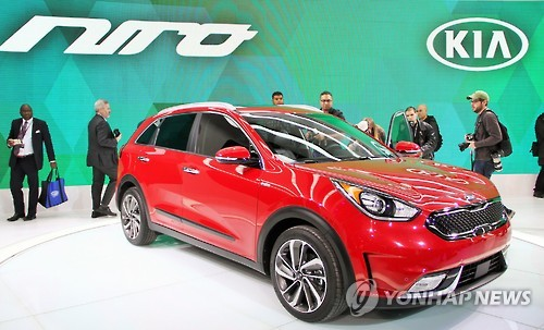 "Kia Motors unveiled its first hybrid subcompact sports utility vehicle ""Niro"" at the Chicago Auto Show on Thursday, the company said. (Image : Yonhap)"