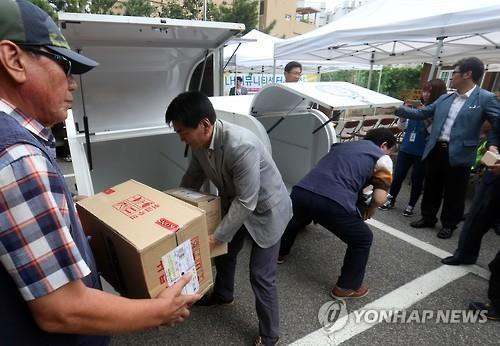 Parcel delivery service companies are hiring a growing number of senior workers to complement growing labor shortages. (Image : Yonhap)