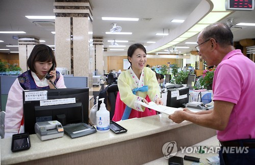 A law change that will allow officials at public institutions to fill out civil service forms for clients based on their verbal instructions has been enacted, and is expected to lessen the burden on senior citizens and the disabled who often had difficulty filling out forms and other paperwork. (Image : Yonhap)