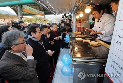 Park Young-ho, a North Korean defector, sells toast from his food truck that opened for business on Jan. 15, 2016, near a horse racing track in Gwacheon, just south of Seoul. Park is one of two North Korean defectors whose proposals were selected for operating a food truck business. Government statistics show some 26,500 North Koreans have settled in the South after escaping from their home country. (Image : Yonhap)