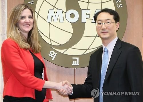 Kim Gunn (R), director general for North Korean nuclear affairs at South Korea's Foreign Ministry, shakes hands with Jennifer Fowler, U.S. deputy assistant secretary of treasury for terrorist financing, in their meeting in Seoul on Feb. 23. (Image : Yonhap)