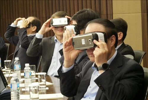 Samsung Group's CEOs test Samsung Electronics Co.'s virtual reality devices. (Image : Samsung Electronics)