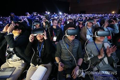 Visitors wear Samsung Electronics Co.'s Gear VR during the firm's Galaxy S7 showcase event on Feb. 21, 2016 in Barcelona, Spain. (Image : Yonhap)