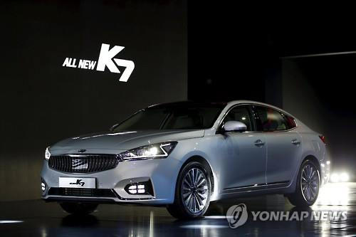Kia Motors Corp., South Korea's second-ranked carmaker, said Tuesday that it has sold more than 10,000 units of its all-new K7 sedan since its launch by appealing to relatively young people with its upgraded features and affordability, company officials said. (Image : Yonhap)