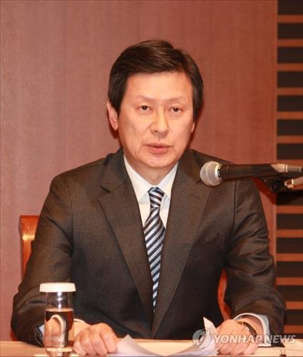 Shin Dong-joo, the eldest son of Lotte Group founder Shin Kyuk-ho and former vice president of Lotte Holdings, speaks during a press conference held in Tokyo on Feb. 12, 2016. (Image : Yonhap)