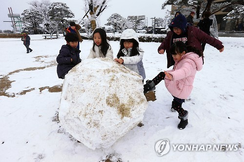 Even as the economy is suffering, Koreans seem to be ready to open their wallets for their children. Due to the 'eight-pocket' phenomenon, which refers to eight people – parents (2), grandparents (4), uncle and aunt - spending money on one child, products and services related to children are showing impressive sales. (Image : Yonhap)