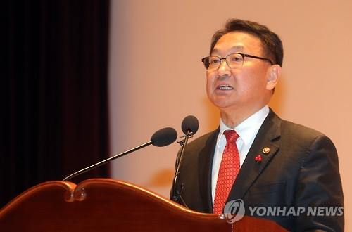 Finance Minister Yoo Il-ho delivers a speech on economic policy goals after taking office on Jan. 13, 2016. (Image : Yonhap)