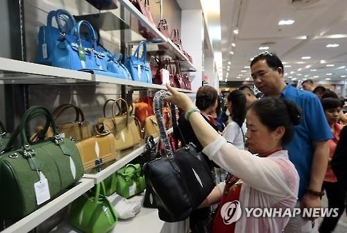 During the Chinese spring festival, six million Chinese traveled overseas and spent a total of 90 billion yuan on shopping. (Image : Yonhap)
