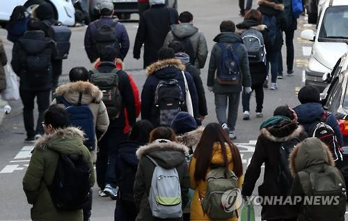 The number of college graduates outside the labor force has more than doubled over the past 15 years due to a rise in those who gave up looking for jobs amid a prolonged economic slump, government data showed Monday. (Image : Yonhap)