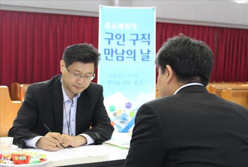 Companies are increasingly hiring former convicts to help them readjust to society. (Image : Yonhap)