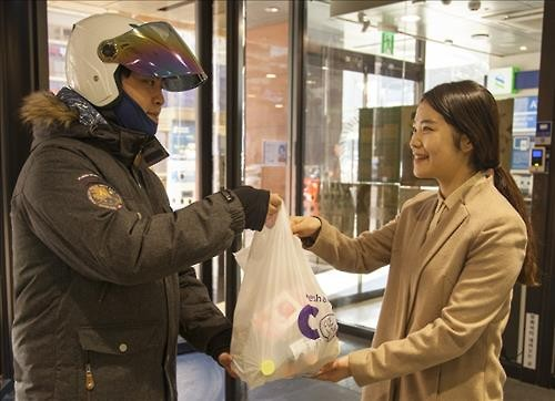 A new service that offers delivery for convenience store items such as boxed meals and bottled water is gaining popularity. (Image : Yonhap)