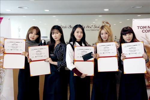 Girl Group 4minute members pose with honorary barista certificates on Feb. 18, 2016. (Courtesy of Tom N Toms Coffee) (Image : Yonhap)