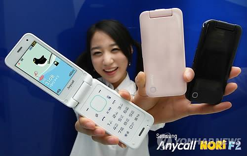 A model poses with Samsung Electronics feature phones in this file photo taken on April 6, 2011. (Image : Yonhap)