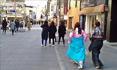 Going out in a hanbok, a traditional Korean outfit, seems to be a new trend among young people these days. (Image : Yonhap)