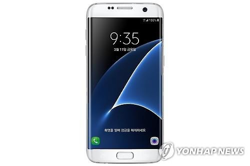 Samsung Electronics Co.'s latest Galaxy S7 Edge (Image : Yonhap)