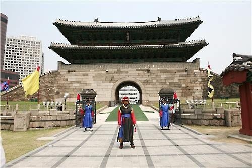 The traditional guard ceremony at Sungnyemun will be resumed in April after being discontinued for eight years after a fire destroyed part of the wooden structure of the imposing historic gate, the Seoul city government said Sunday. (Image : Yonhap)