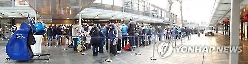 Consumers stand in line at Rotterdam, the Netherlands, to purchase the Galaxy S7 and the Galaxy S7 Edge on March 11, 2016. (Image : Yonhap)