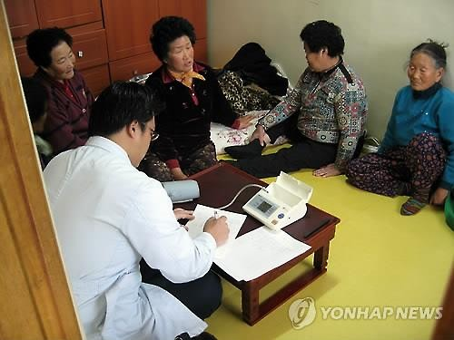 With 1.4 million seniors over 65 currently living alone, action should be taken at a social level to help those suffering from depression or at risk of dying alone. (Image : Yonhap)